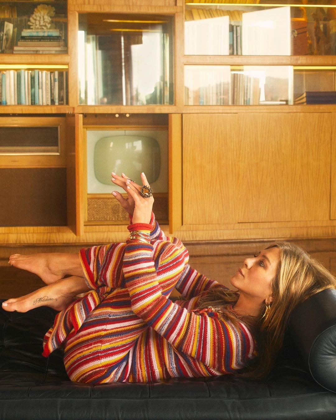 Неувядающая красота: Дженнифер Энистон покорила поклонников новой съемкой для глянца (ФОТО) - фото №5