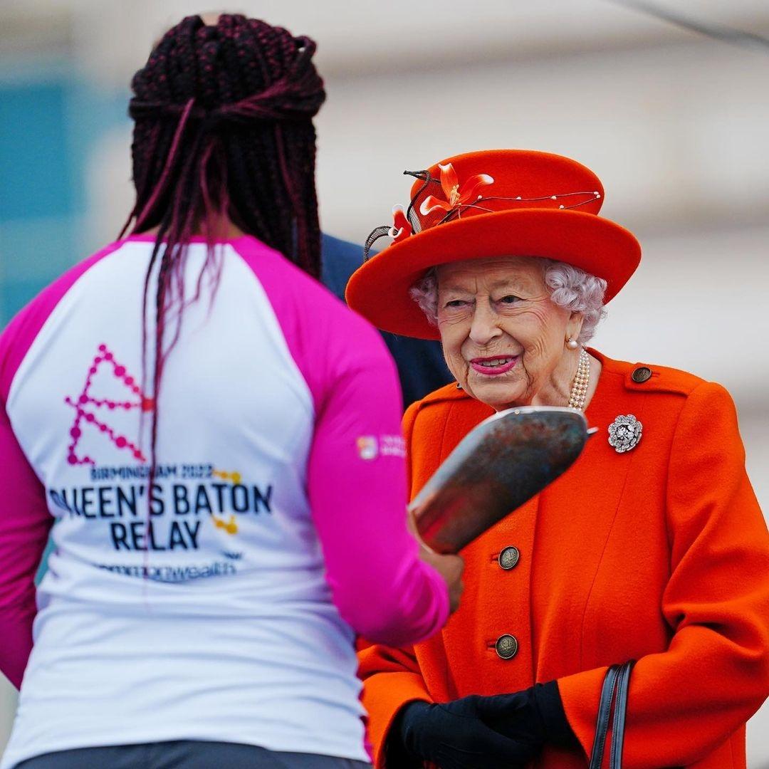 Королева Елизавета II покорила поклонников образом в ярком пальто (ФОТО) - фото №3