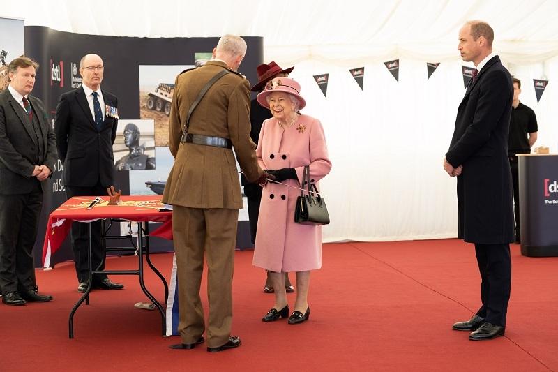 Королева Елизавета II впервые за 7 месяцев появилась на публике (ФОТО) - фото №3