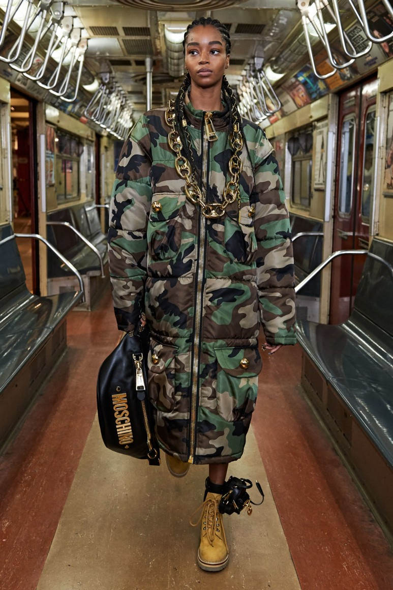 Роскошь и приземленность: шоу Moschino Pre-Fall 2020 прошло в нью-йоркском метро (ФОТО) - фото №2