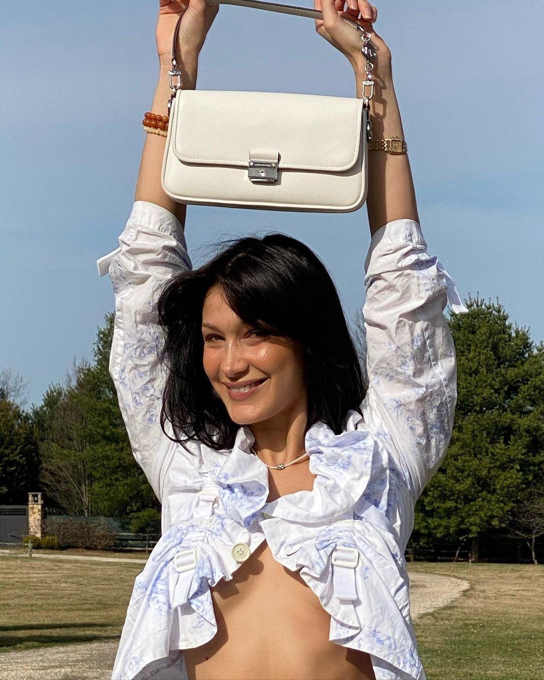 Образ дня: Белла Хадид в блузе с рюшами и кожаных брюках (ФОТО) - фото №3