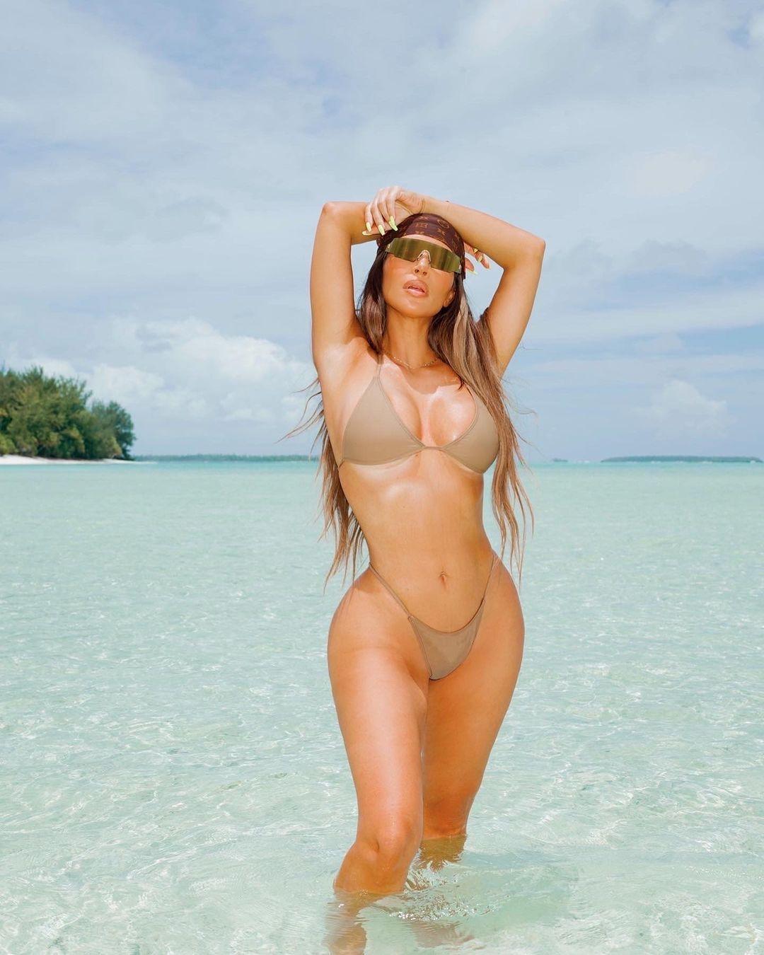 Слишком горячо: Ким Кардашьян показала соблазнительные фото в купальнике - фото №1