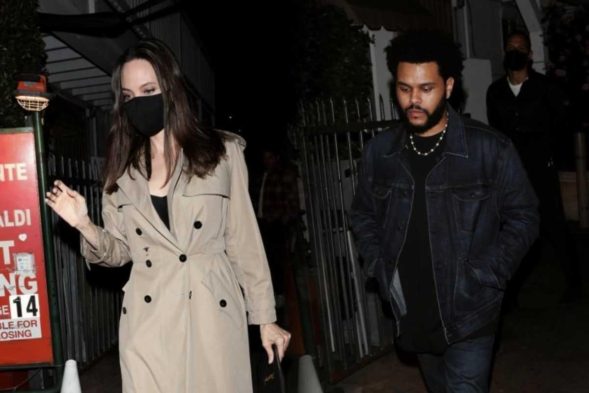 Источник рассказал всю правду об отношениях Анджелины Джоли и The Weeknd - фото №1