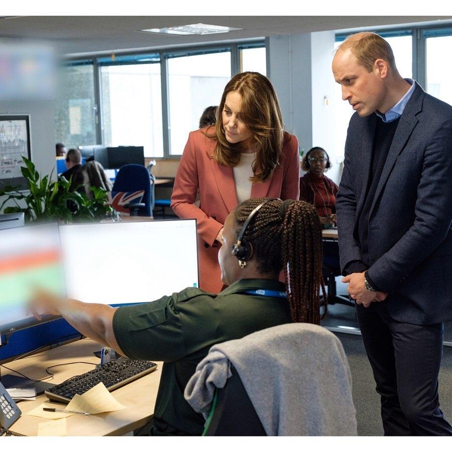 Кейт Миддлтон и принц Уильям посетили лондонский центр скорой помощи (ФОТО) - фото №3