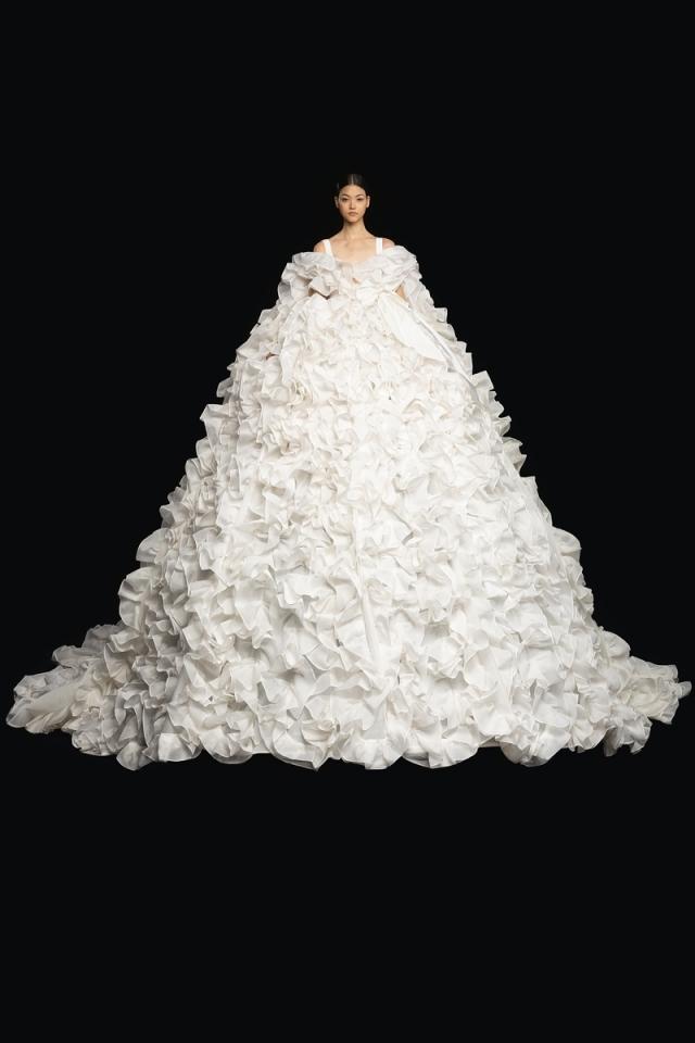 Высокая мода и королевские наряды: новая коллекция Valentino Haute Couture 2021 (ФОТО) - фото №3