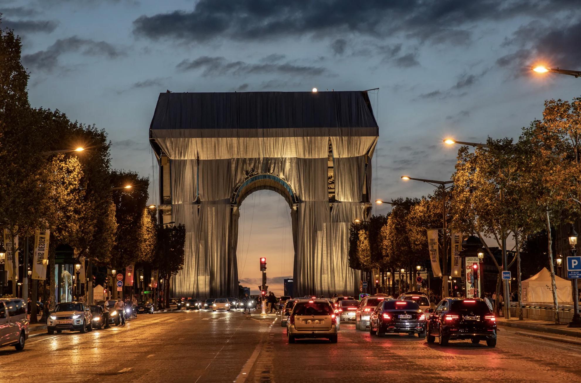 Исполняют последнюю волю художника Христо: Триумфальную арку в Париже обтягивают тканью (ФОТО) - фото №4