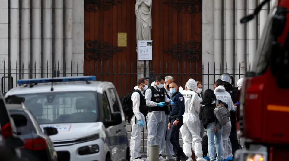 Теракт во Франции: неизвестный убил трех человек в Ницце, а в Саудовской Аравии напали на охрану консульства - фото №2