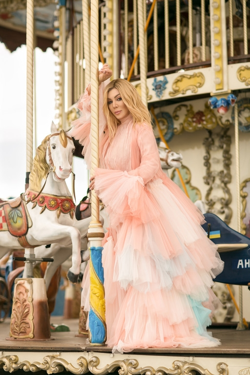 """В зефирно-розовом платье и в окружении детей: Ирина Билык выпустила клип на песню """"Я умею любить"""" (ВИДЕО) - фото №2"""