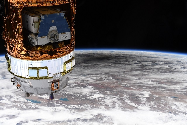 NASA показали удивительные снимки солнечного затмения из космоса - фото №4