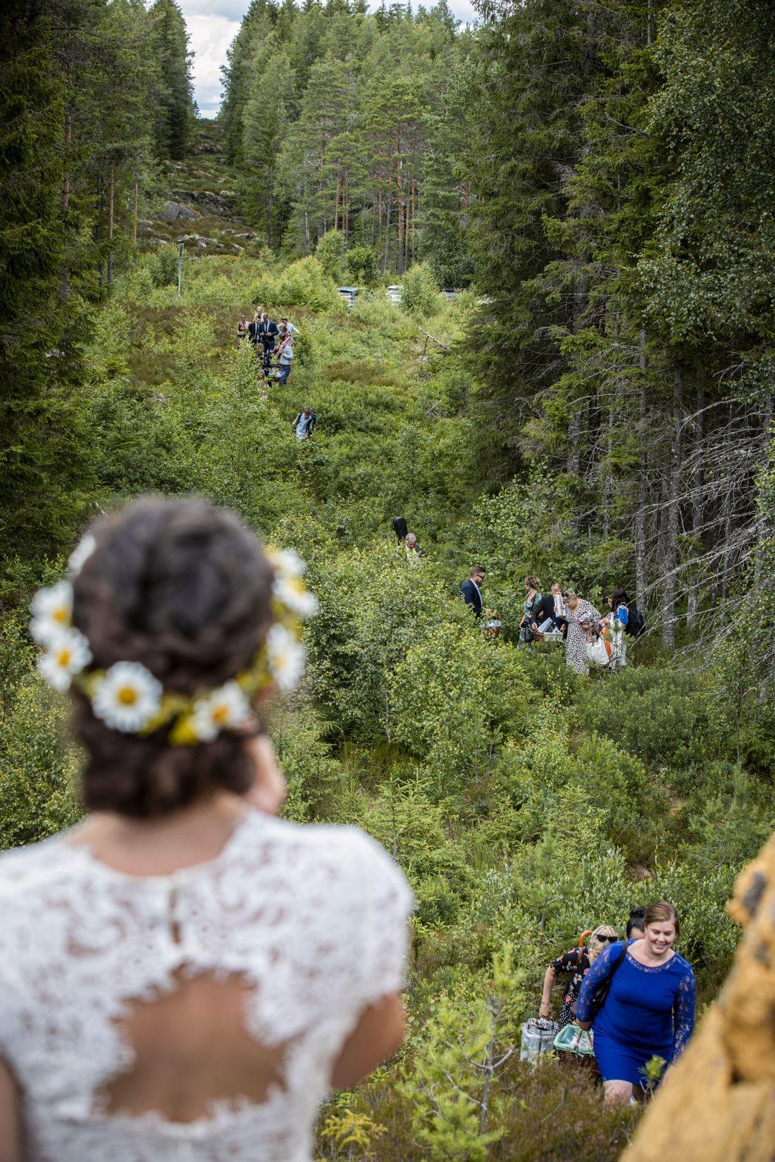 Любовь победит все! Скандинавская пара поженилась на границе Норвегии и Швеции из-за COVID-19 - фото №3