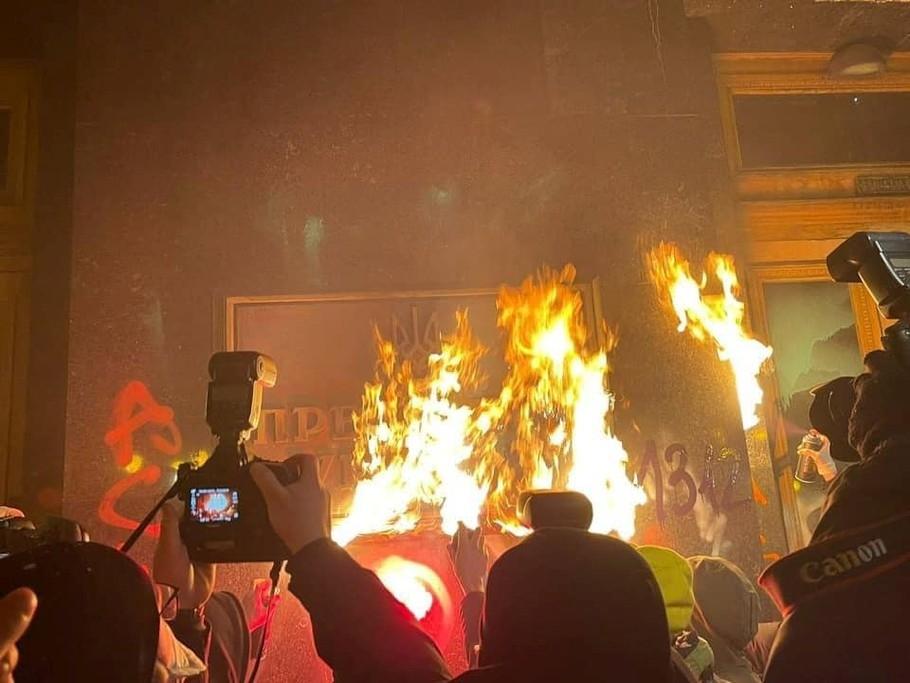 Выставка протестного граффити: что произошло со зданием Офиса президента на Банковой - фото №2