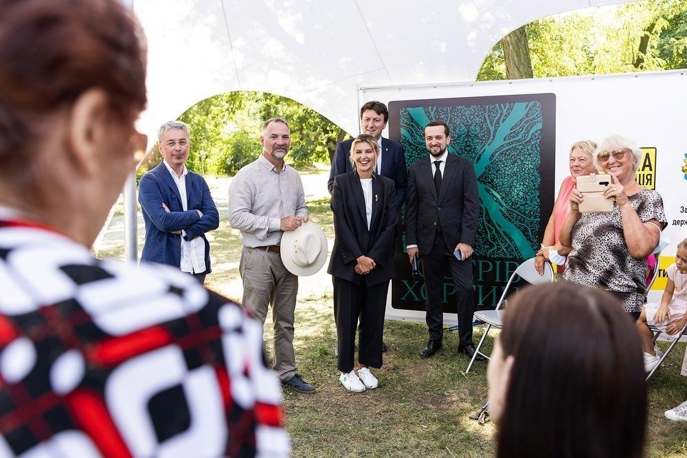 Просто и со вкусом: Елена Зеленская вышла в свет в стильном черном костюме (ФОТО) - фото №1