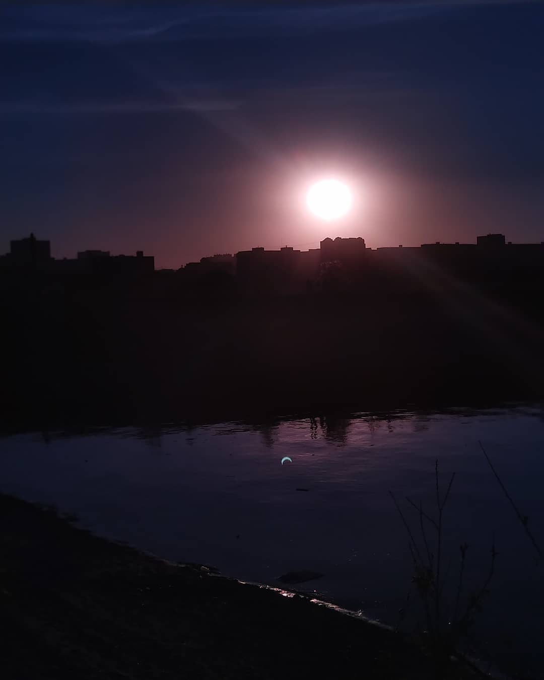 Солнечное затмение 10 июня: весь мир делится эффектными снимками астрономического явления (ФОТО) - фото №5