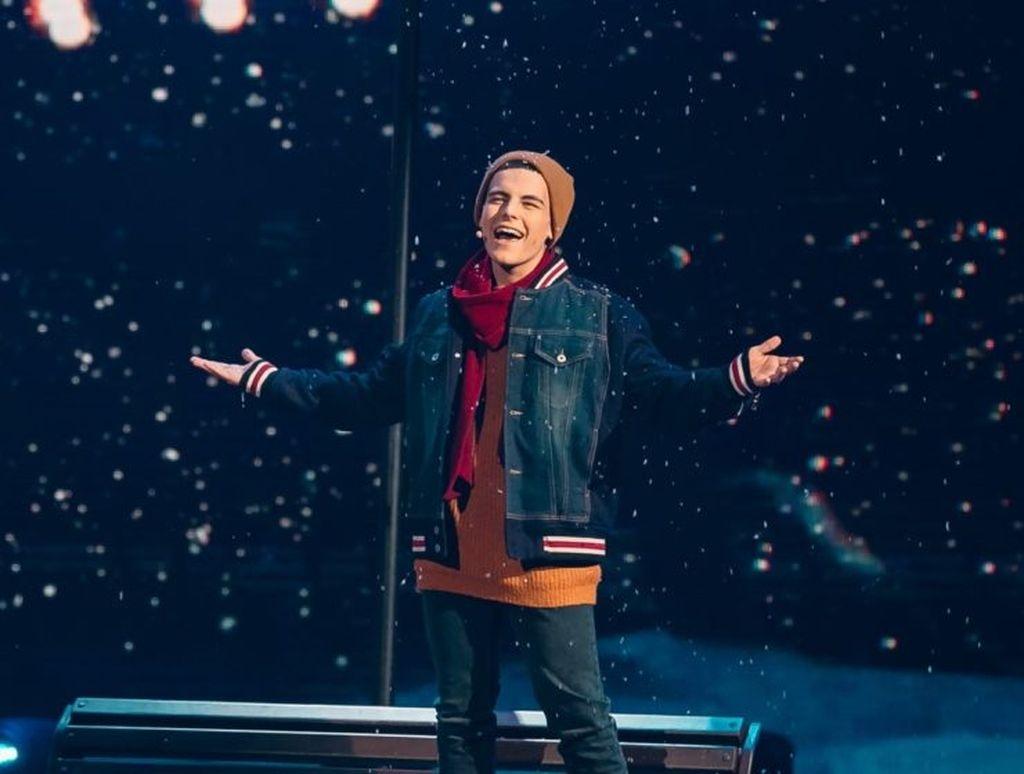 Жонглировал микрофоном и нецензурно выражался: Олег Кензов шокировал поведением во время концерта - фото №1
