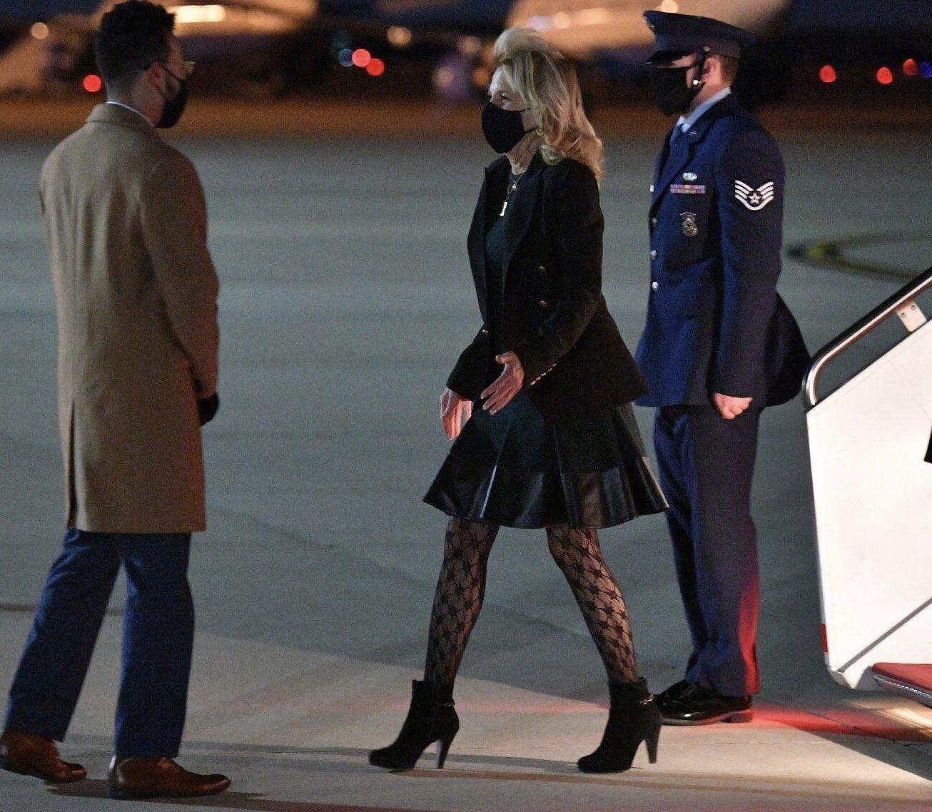 В Сети раскритиковали новый образ Джилл Байден из-за колготок с узором (ФОТО) - фото №1