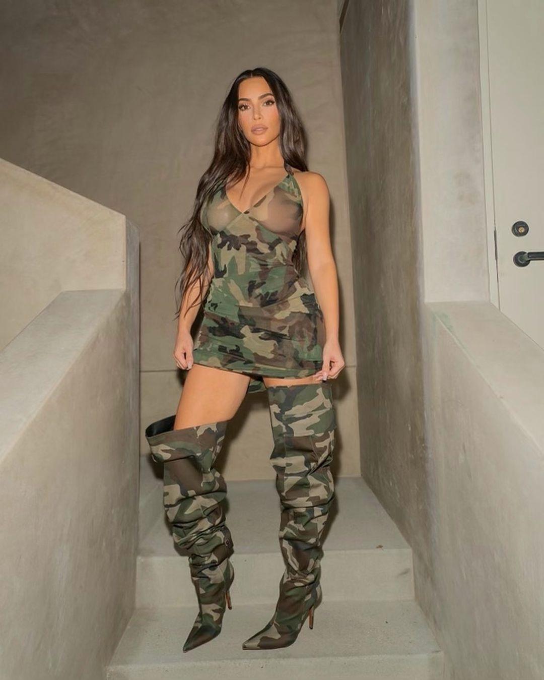 Образ дня: Ким Кардашьян в соблазнительном мини-платье с камуфляжным принтом (ФОТО) - фото №1