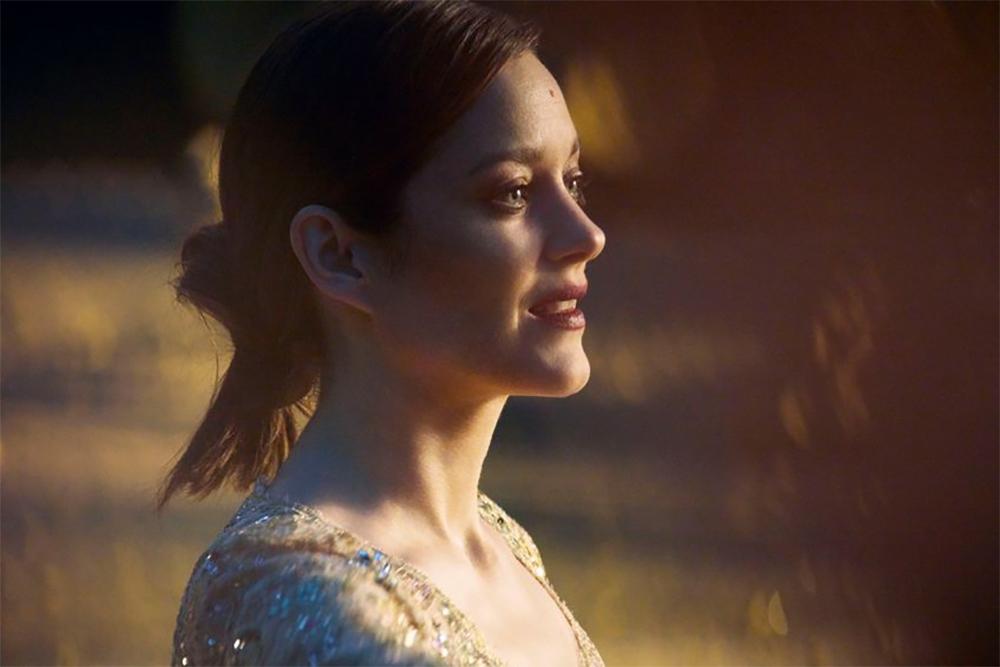За кадром. Смотрите, как снимали рекламу Chanel №5 с Марион Котийяр (ФОТО+ВИДЕО) - фото №1