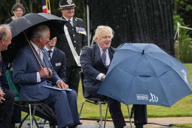 """Видео дня: Борис Джонсон """"сражается"""" с зонтиком на встрече с принцем Чарльзом - фото №1"""