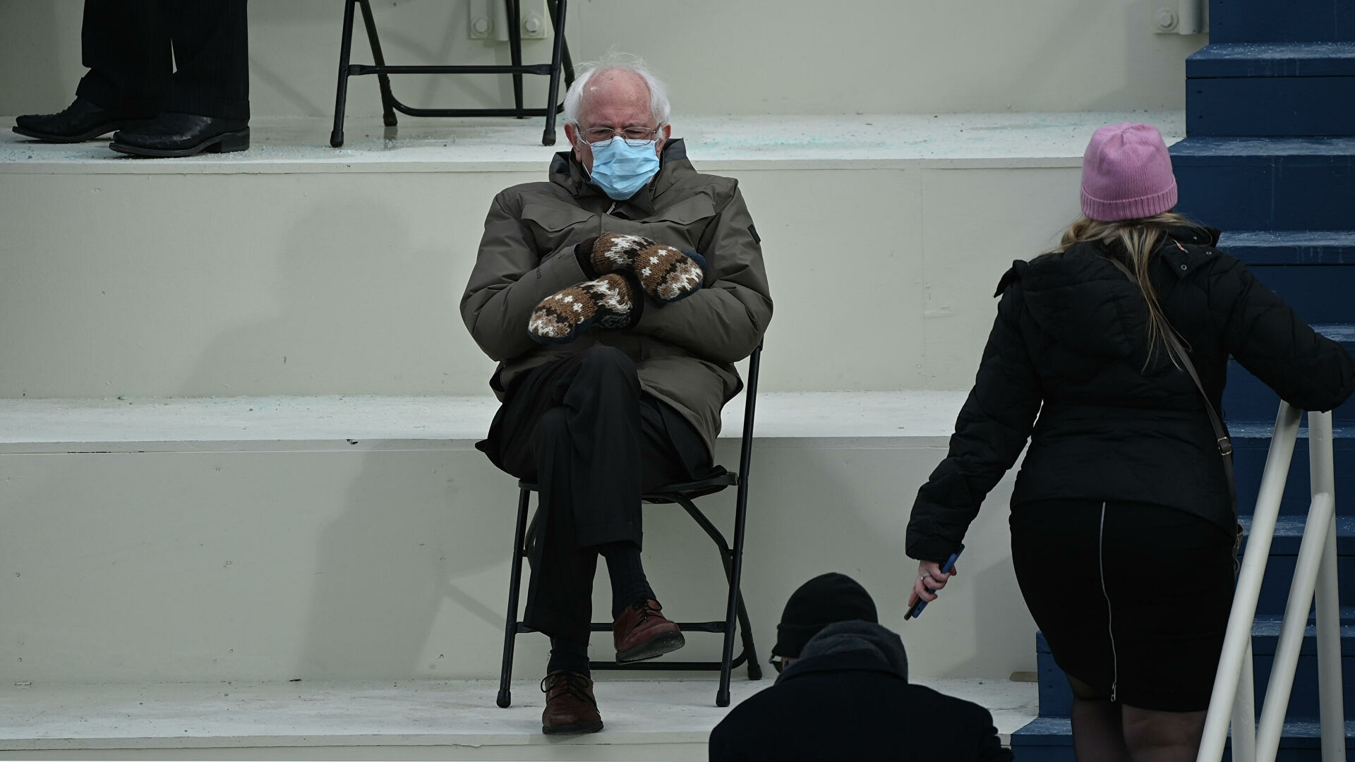 Сенатор Берни Сандер надел варежки на инаугурацию президента США: его образ взорвал Сеть и стал мемом (ФОТО) - фото №1