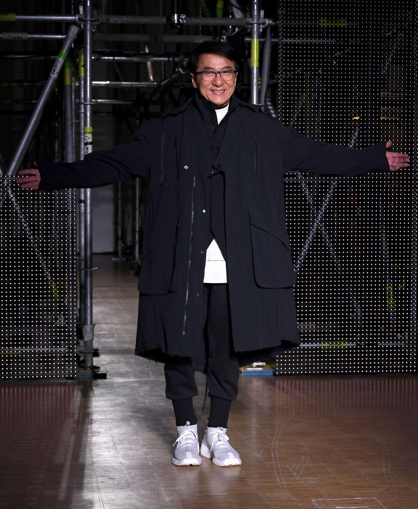 Актер, дизайнер, а теперь и модель: Джеки Чан вышел на подиум во время Недели моды в Париже - фото №1