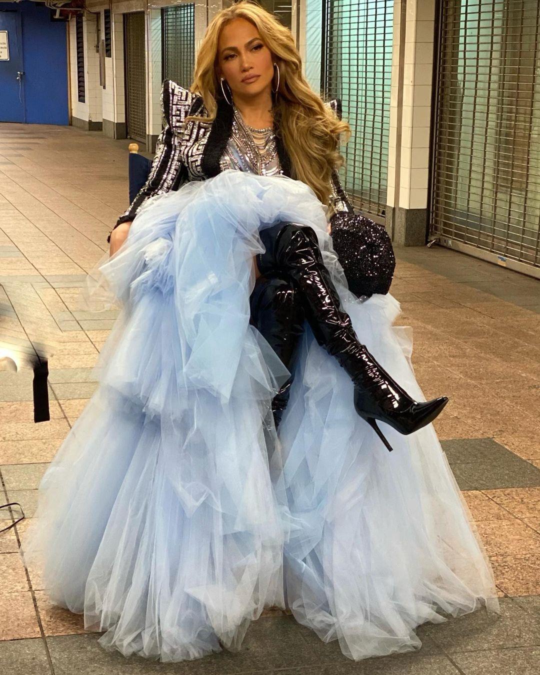 Новогодний образ: Дженнифер Лопес в платье из тюля и виниловых ботфортах (ФОТО) - фото №1