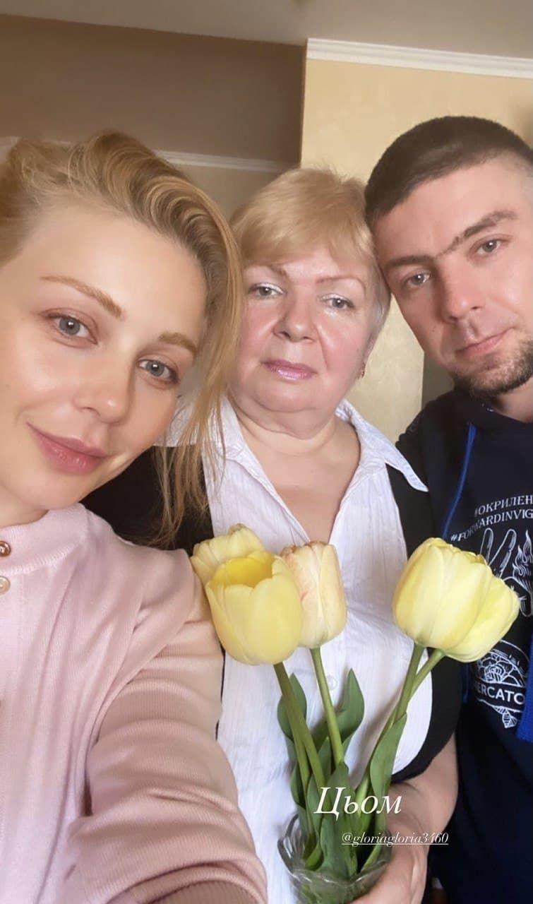 Тина Кароль показала редкое фото с мамой и братом - фото №1