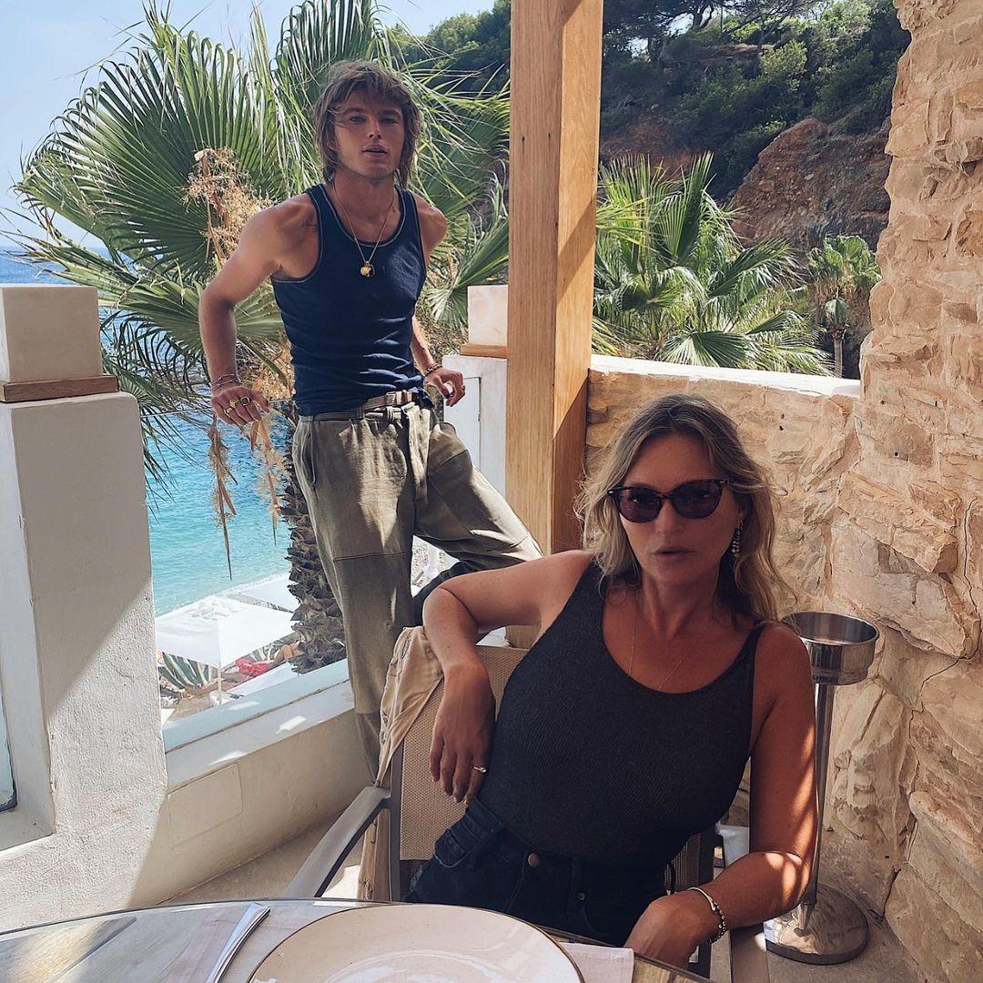 Новый роман? Кейт Мосс отдыхает на Ибице вместе с 24-летним манекенщиком (ФОТО) - фото №3