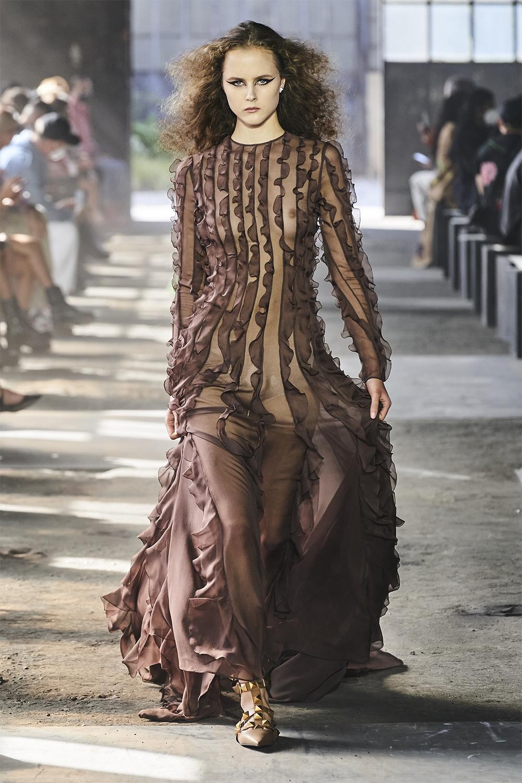 Неделя моды в Милане: Valentino представил коллекцию, вдохновленную цветами (ФОТО) - фото №12