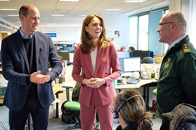 Кейт Миддлтон и принц Уильям посетили лондонский центр скорой помощи (ФОТО) - фото №4