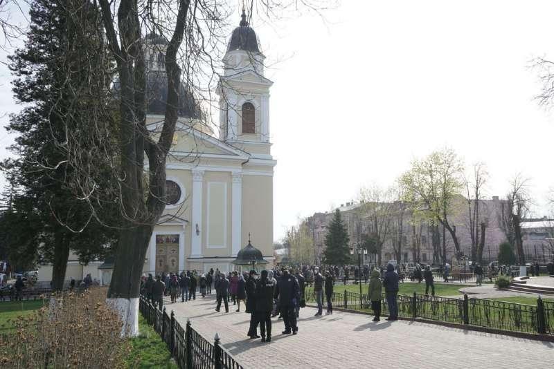 В Черновцах верующие массово идут в храмы, несмотря на ужесточение карантина (ФОТО) - фото №2