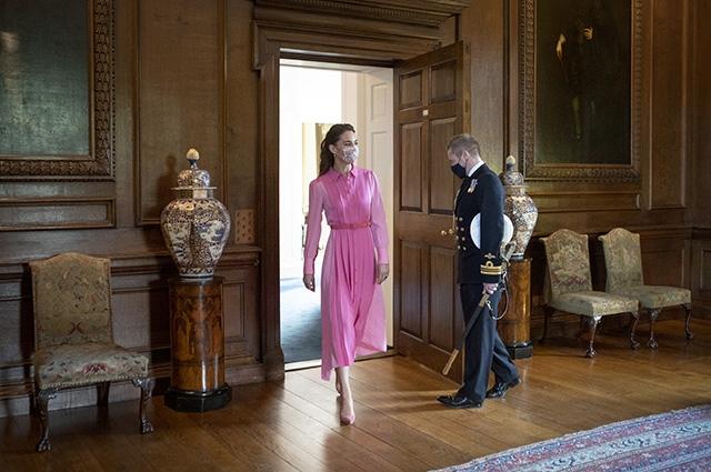 Пальто на голое тело и свитер в стиле леди Ди: рассматриваем новые образы Кейт Миддлтон (ФОТО) - фото №3