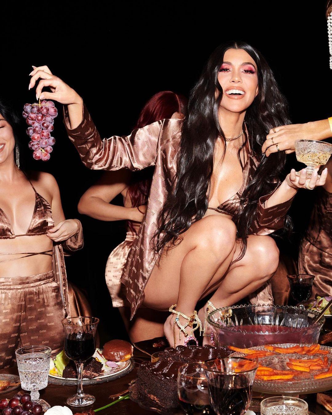 Сестры Кардашьян-Дженнер устроили пижамную вечеринку в новой рекламе Skims (ФОТО) - фото №4