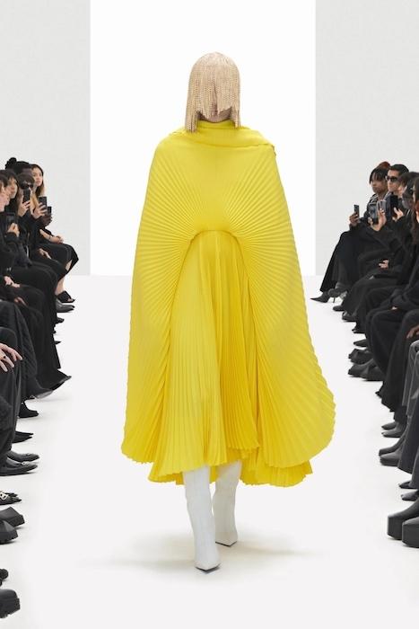 Цветочные платья, траурные костюмы и эстетика 90-х: Balenciaga выпустили новую коллекцию (ФОТО) - фото №6