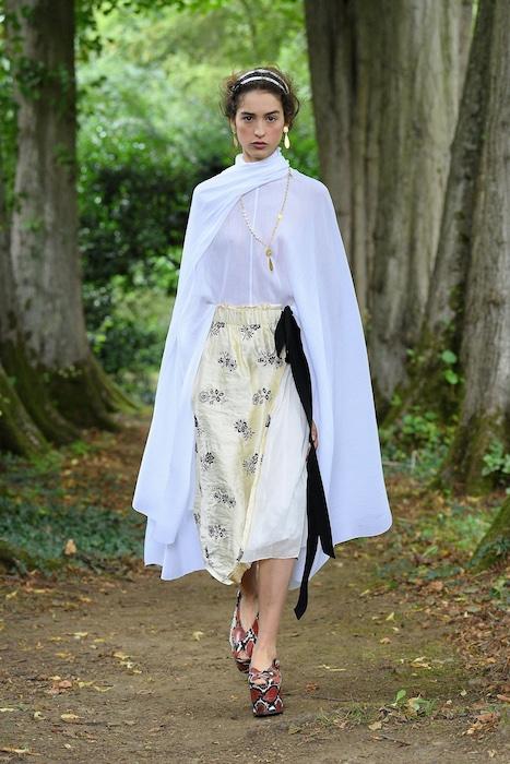 """Неделя моды в Лондоне: Erdem выпустили новую коллекцию по мотивам книги """"Любовница вулкана"""" - фото №3"""