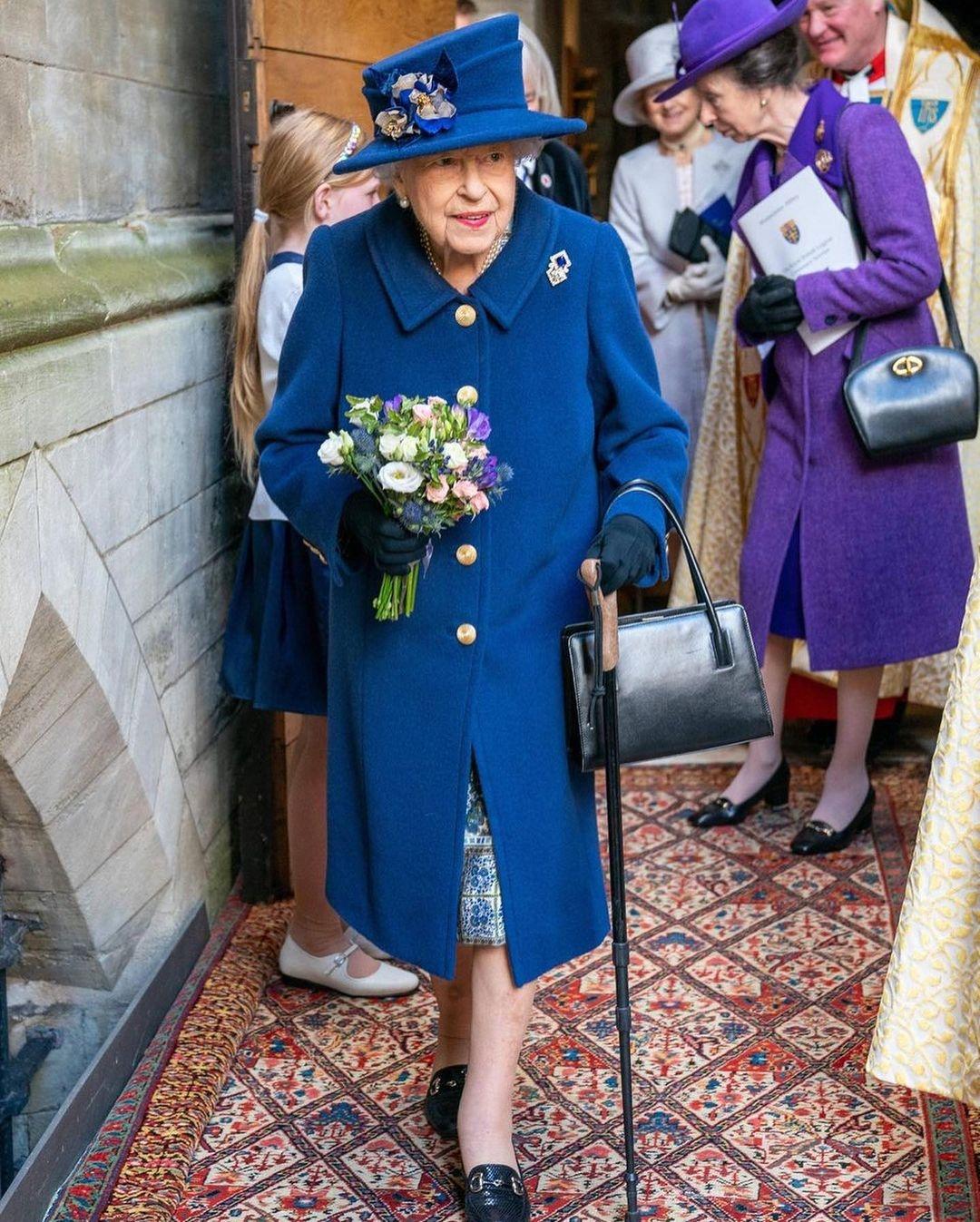 Королева Елизавета впервые появилась на публике с тростью (ФОТО) - фото №2