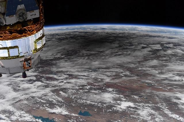 NASA показали удивительные снимки солнечного затмения из космоса - фото №1
