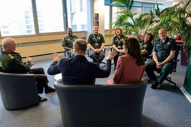 Кейт Миддлтон и принц Уильям посетили лондонский центр скорой помощи (ФОТО) - фото №5