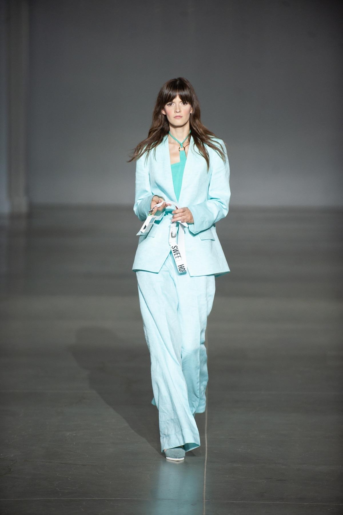 Яркие костюмы, элегантные платья и топы с вырезами в новой коллекции Elena BURENINA (ФОТО) - фото №3