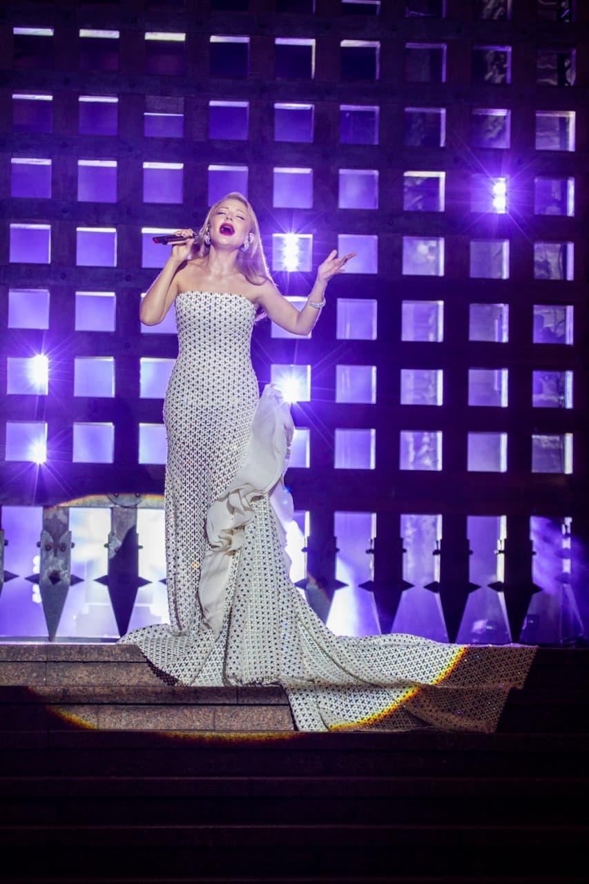 Три концерта и три образа: рассматриваем яркие наряды Тины Кароль на Дне Независимости Украины (ФОТО) - фото №3