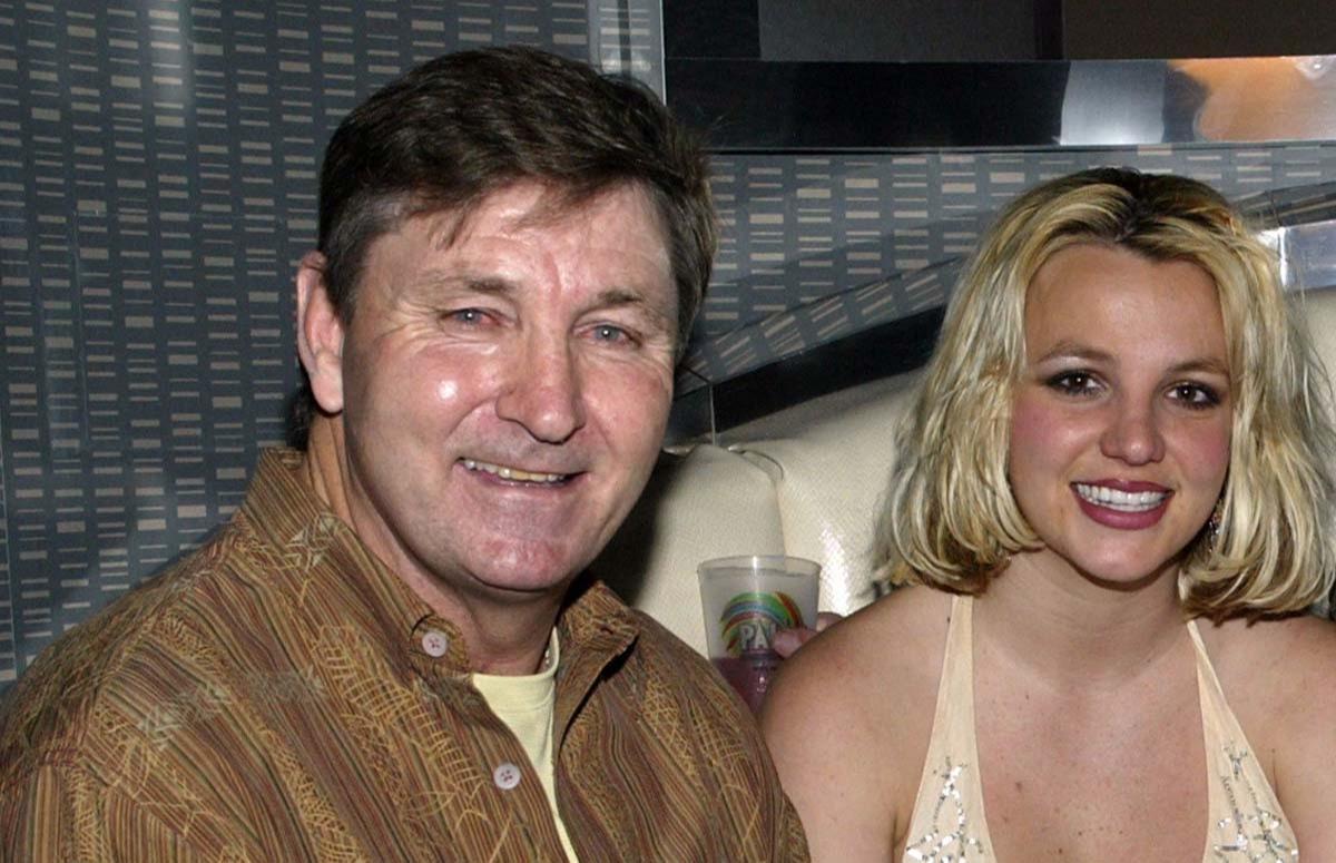 Не разрешал заводить детей и пичкал таблетками: Бритни Спирс впервые выступила против отца в суде - фото №3