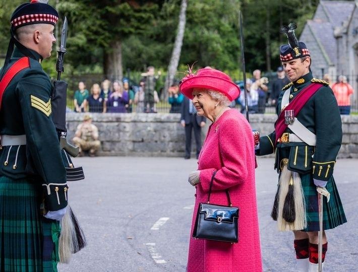 Королева выбирает розовый: Елизавета II восхитила новым выходом в женственном образе (ФОТО) - фото №3