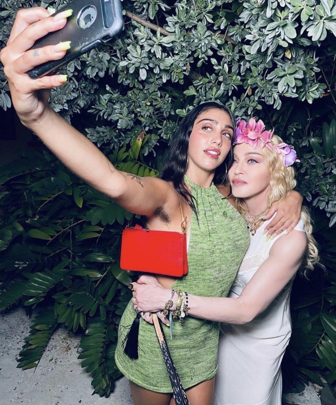 В Сети раскритиковали дочь Мадонны из-за нового фото с небритыми подмышками - фото №1