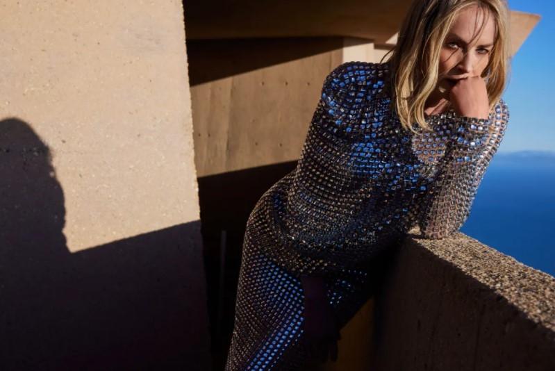 Не отвести глаз: Шэрон Стоун появилась на обложке глянцевого журнала (ФОТО) - фото №2