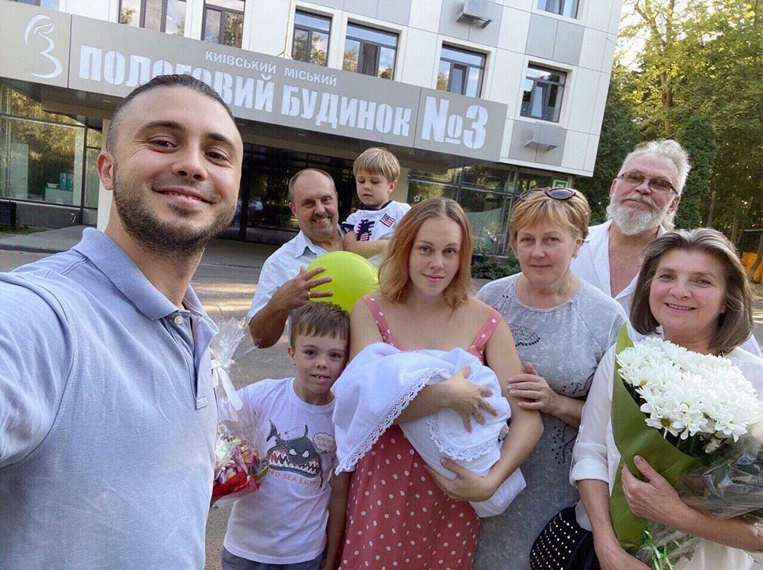 Тарас Тополя и ALYOSHA с новорожденной доченькой