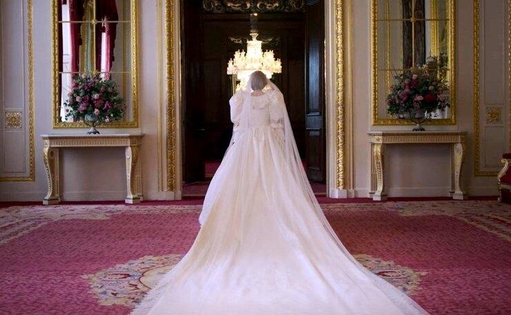 """600 часов работы и 100 метров кружева. Как шили свадебное платье принцессы Дианы для 4 сезона сериала """"Корона"""" - фото №5"""
