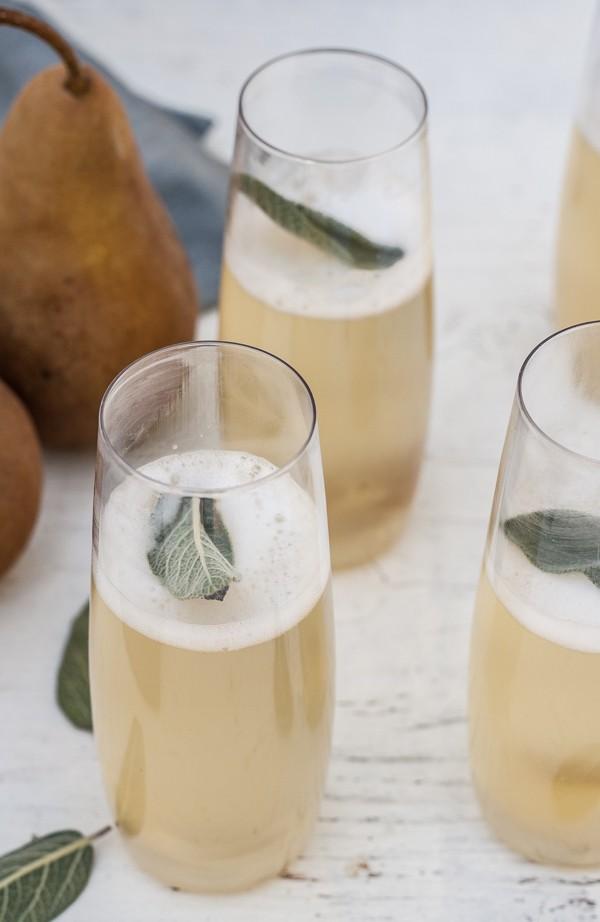 Игристый коктейль с грушей, имбирем и шалфеем
