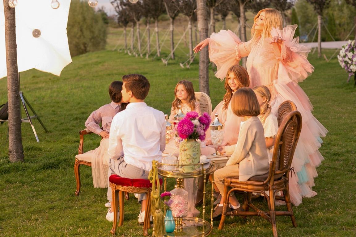 """В зефирно-розовом платье и в окружении детей: Ирина Билык выпустила клип на песню """"Я умею любить"""" (ВИДЕО) - фото №1"""