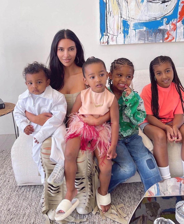 Счастливая мама: Ким Кардашьян поделилась новыми снимками с детьми - фото №1