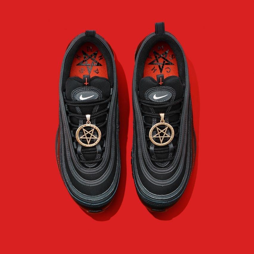 """Рэпер Lil Nas X выпустил """"сатанинские"""" кроссовки: Nike подали на него в суд (ФОТО) - фото №2"""