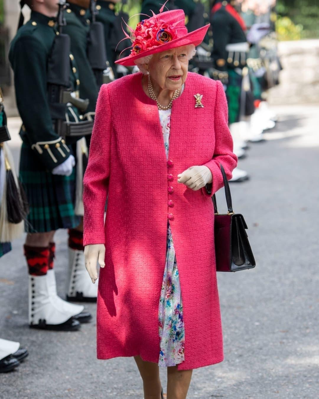 Королева выбирает розовый: Елизавета II восхитила новым выходом в женственном образе (ФОТО) - фото №2